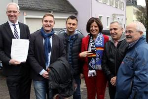 Mit Fanschal: Dreyer, Leibe und die Vertreter des Vereins, die sich über den neuen Kunstrasenplatz freuen dürfen.