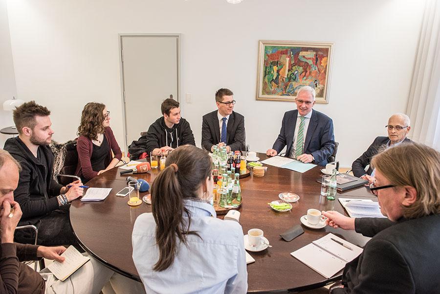 Journalisten befragen den Oberbürgermeister. Fotos: Rolf Lorig