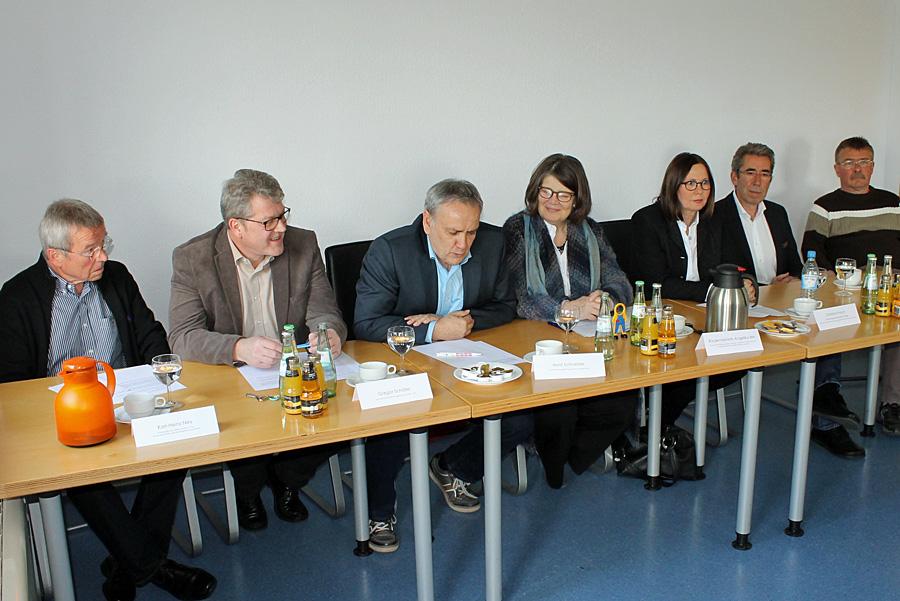 Die Geburtshelfer am Donnerstag vor der Presse, mit Sozialdezernentin Angelika Birk (Grüne) in der Mitte.