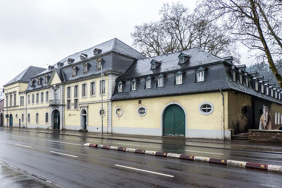 Es ist der Treffpunkt für Jugendliche in Trier, aber leider auch ein Sanierungsfall : Das Jugendzentrum Exzellenzhaus. Foto: Rolf Lorig