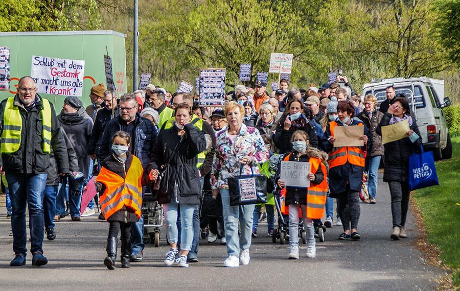 Kommunalpolitiker und Bürger allen Alters protestieren gegen die Geruchsbelästigung in Pfalzel. Fotos: Christine Cüppers
