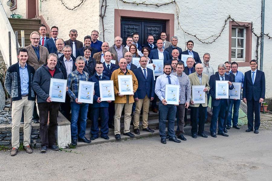 Nach der Verleihung der Urkunden präsentieren sich die Gewinner des Klimaschutzpreises 2016 in Mertesdorf dem Fotografen. Foto: RWE