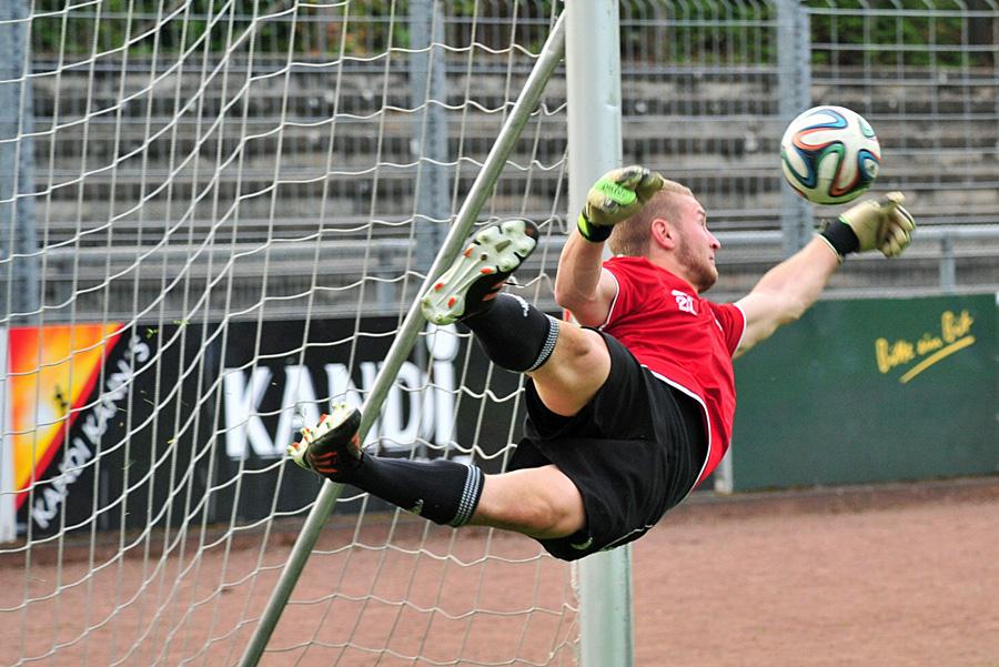Auch FSV-Schlussmann Daniel Ternes konnten die Niederlage gegen Trier nicht verhindern. Foto: Ferdinand Kinkel