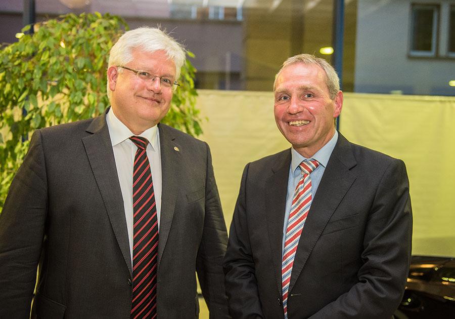 """Diederich Eckardt, Präsident des Rotary Clubs """"Trier-Porta"""", dankt Professor Hauke Lang (rechts) für seinen spannden und informativen Vortrag. Foto: Rolf Lorig"""