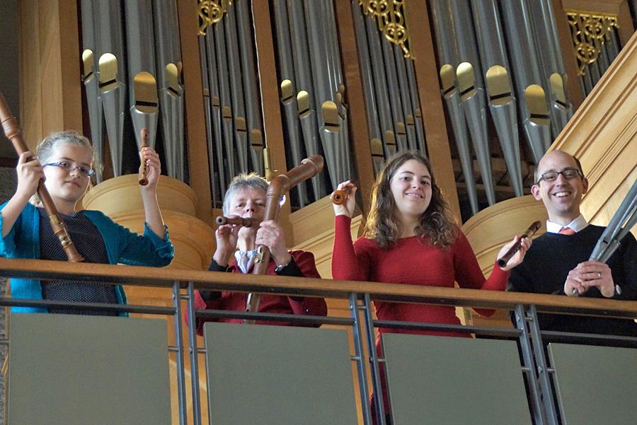 Begeisterte Musiker auf ihren Instrumenten: Hannah Dobozy, Birgit Häußer und Frederike Hoogers mit ihren Blockflöten und Axel Simon mit Orgelpfeifen (von links). Fotos: Christine Cüppers