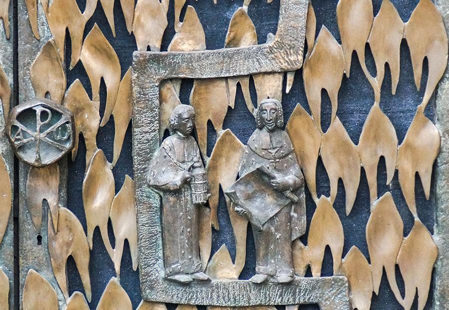Der Trierer Bildhauer Ulrich Henn stellt auf dem Bronzeportal zur Ostkrypta des Trierer Domes Franz Ludwig dar, rechts neben Bischof Johann Hugo von Orsbeck. Fotos: Christine Cüppers