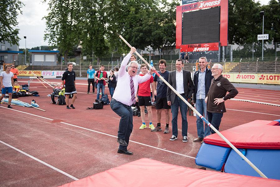 So könnte es funktionieren: Sportdezernent Andreas Ludwig macht sich ein eigenes Bild. Fotos: Rolf Lorig