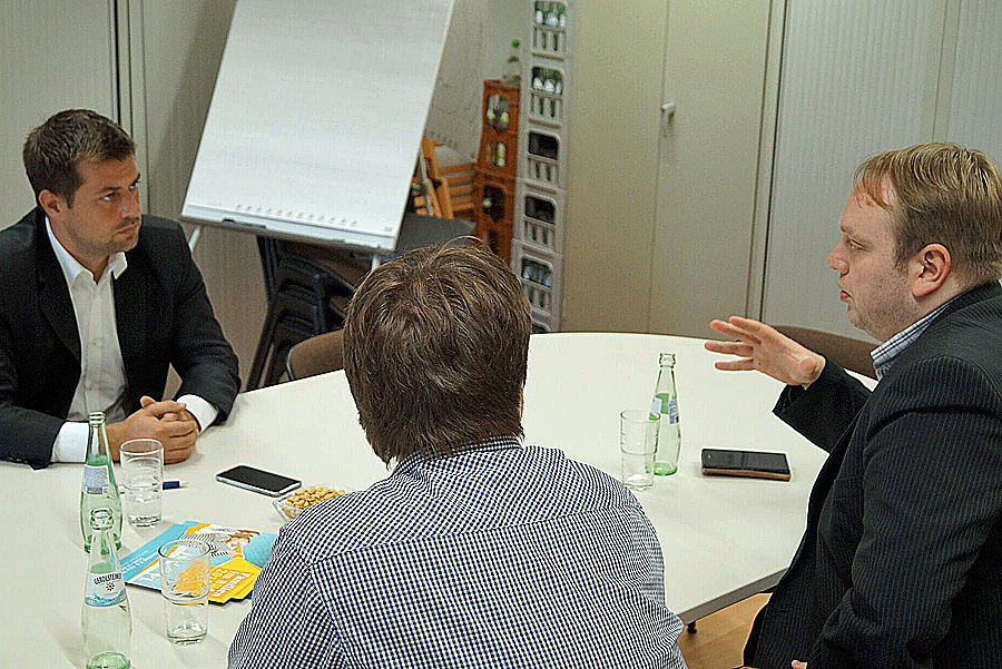 Michael Pock und der Trierer FDP-Chef Tobias Schneider (rechts) im Gespräch.