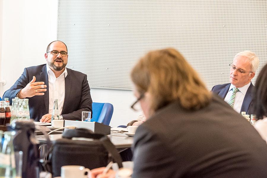 Thomas Egger erklärt; Oberbürgermeister Wolfram Leibe schaut wenig amüsiert. Foto: Rolf Lorig