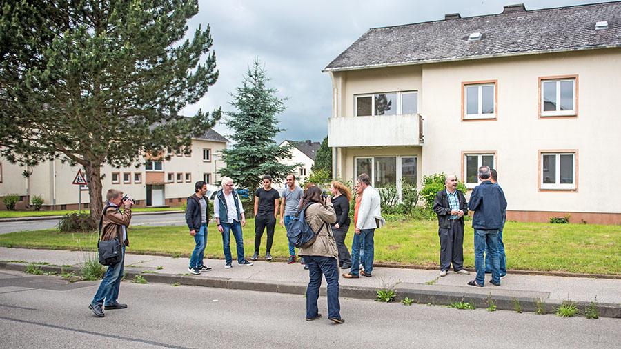 Pressetermin in der Louis-Pasteur Straße: In diesen Häusern sollen 20 neue Wohnungen für Flüchtlinge entstehen. Fotos: Rolf Lorig