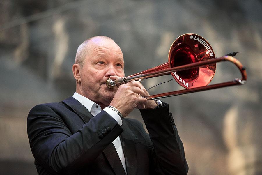 Nils Landgren mit seiner roten Posaune vor der Porta Nigra. Fotos: Rolf Lorig