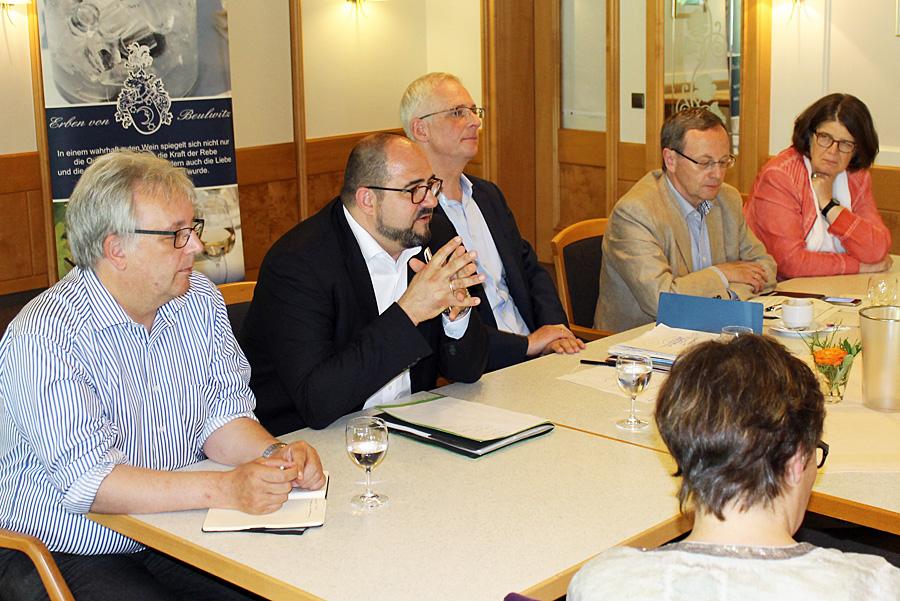 Ludwig, Egger, Leibe, Pressechef Hans-Günther Lanfer und Birk am Montag auf der Pressekonferenz in Mertesdorf, auf der die Entscheidungen zum Theater bekanntgegeben wurden.
