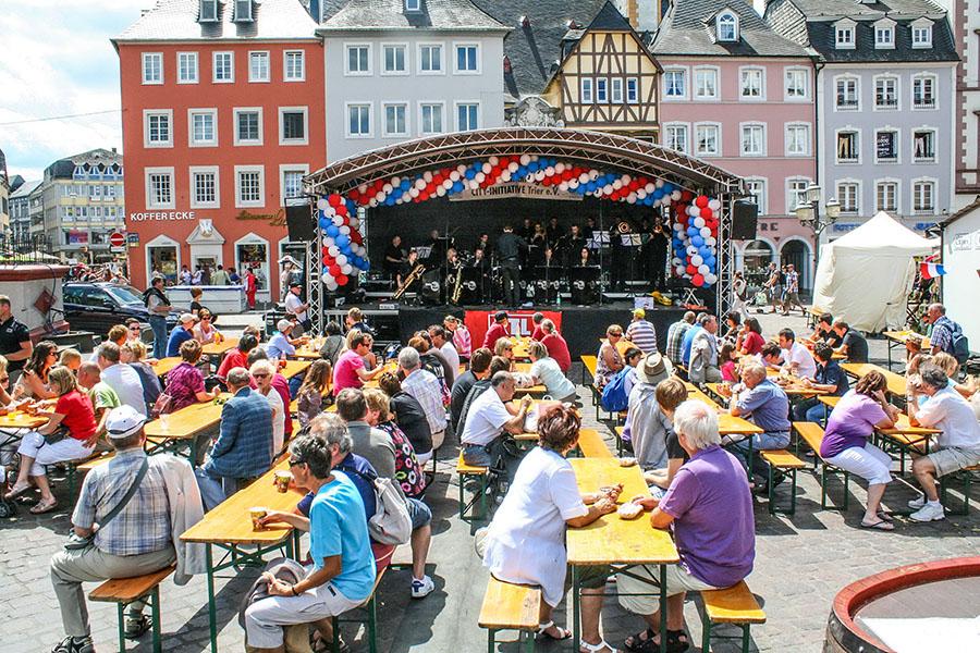 Beliebter Treff beim Tag der Luxemburger: Die Bühne auf dem Hauptmarkt. Foto: City Initiative