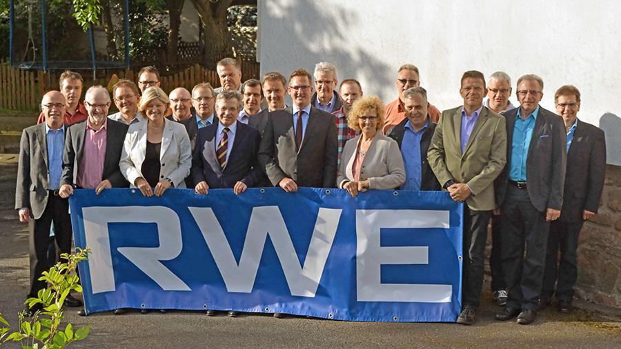 Nach der Unterzeichnung der Verträge stellen sich die Kommunalpolitiker und RWE-Repräsentanten dem Fotografen. Foto: RWE