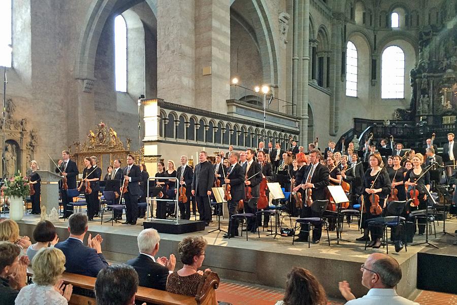 Tosender und lange anhaltender Applaus für die Deutsche Staatsphilharmonie unter Generalmusikdirektor Karl-Heinz Steffens.