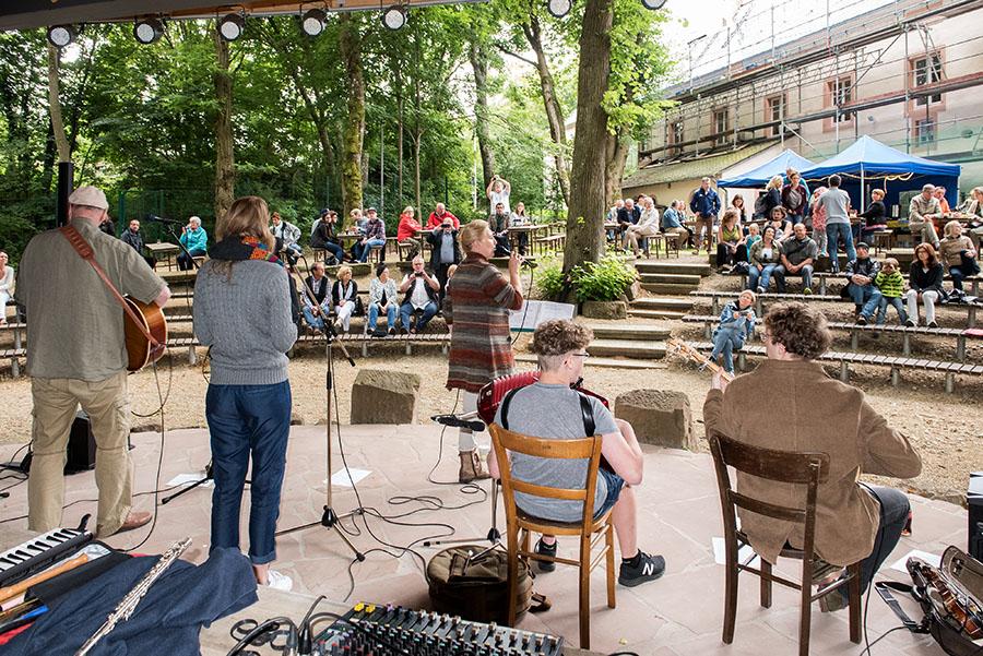 Auf dem weitläufigen Geländer der Waldbühne verfolgen mehr als 100 Zuhörer das Konzert von Eileen Hogan and Clan. Fotos: Rolf Lorig