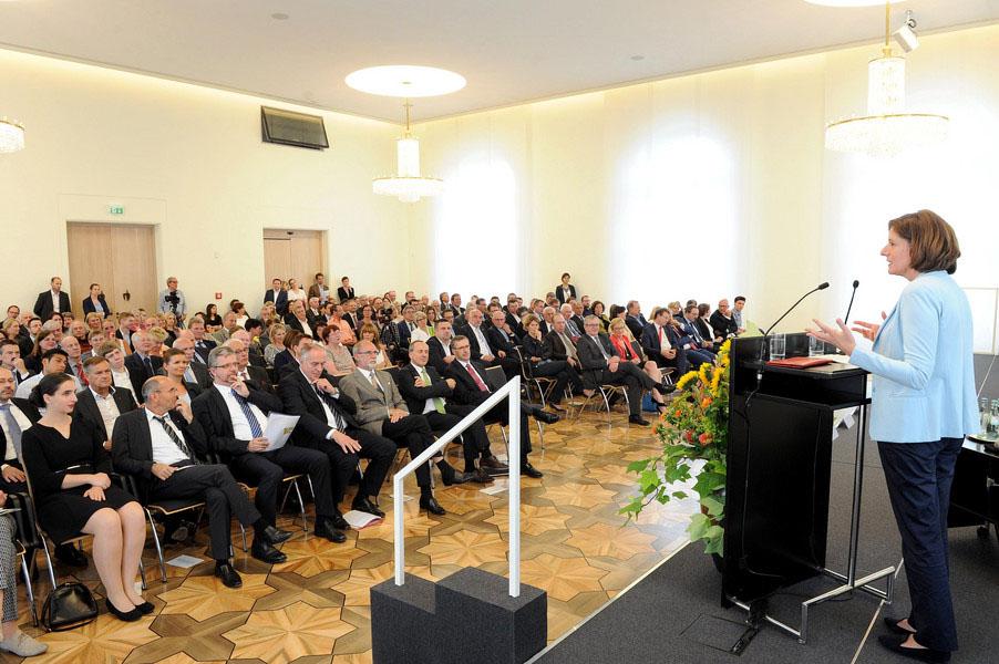 Ministerpräsidentin Malu Dreyer ist das 20-jährige Jubiläum eine Erfolgsgeschichte der heimischen Wissenschaftslandschaft. Foto: Hochschule Trier