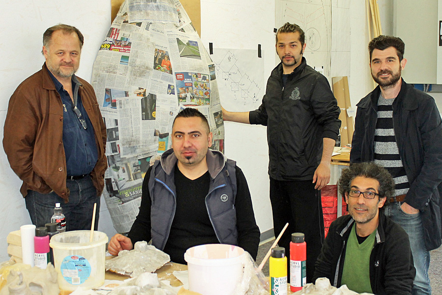 """Stefan Bastians (links) mit seinem Team von """"Odyssee.16"""" im alten Walzwerk in Kürenz."""