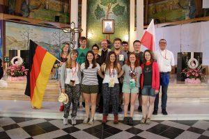 Die Gruppe vom Mergener Hof zusammen mit Bischof Ackermann (Mitte) und Jugendpfarrer Struth (rechts) bei einer Katechese. Foto: Bischöfliche Pressestelle