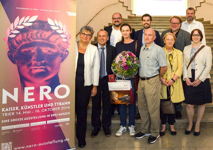 Kulturminister Wolf (2. von links) begrüßt die 100.000. Besucherin der Nero- Ausstellung. Foto: GDKE, Rheinisches Landesmuseum Trier, Th. Zühmer