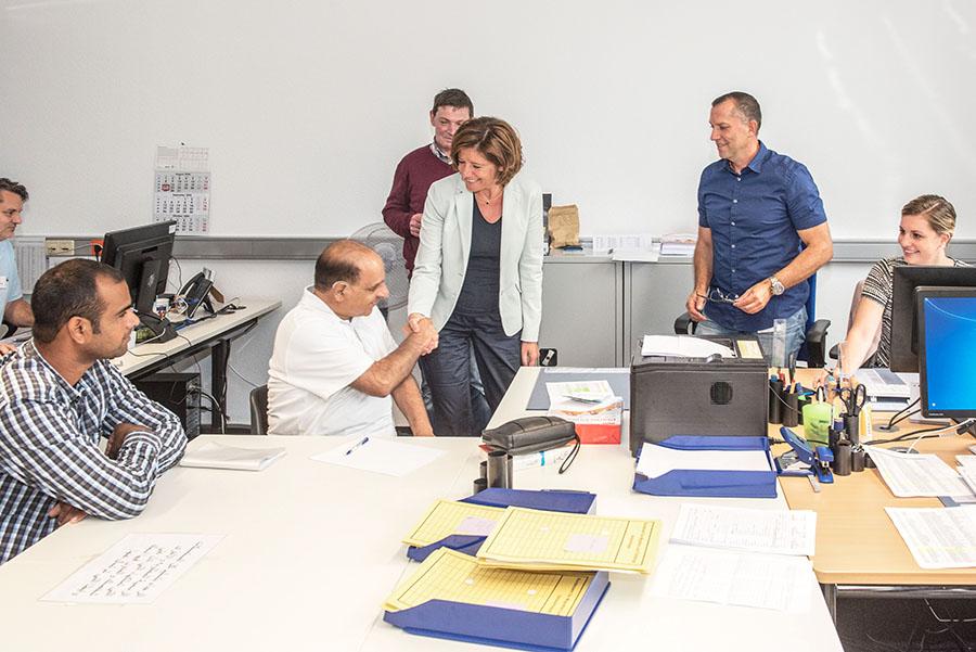Malu Dreyer informiert sich auch bei den Sachbearbeitern und Dolmetschern über die Arbeit vor Ort.