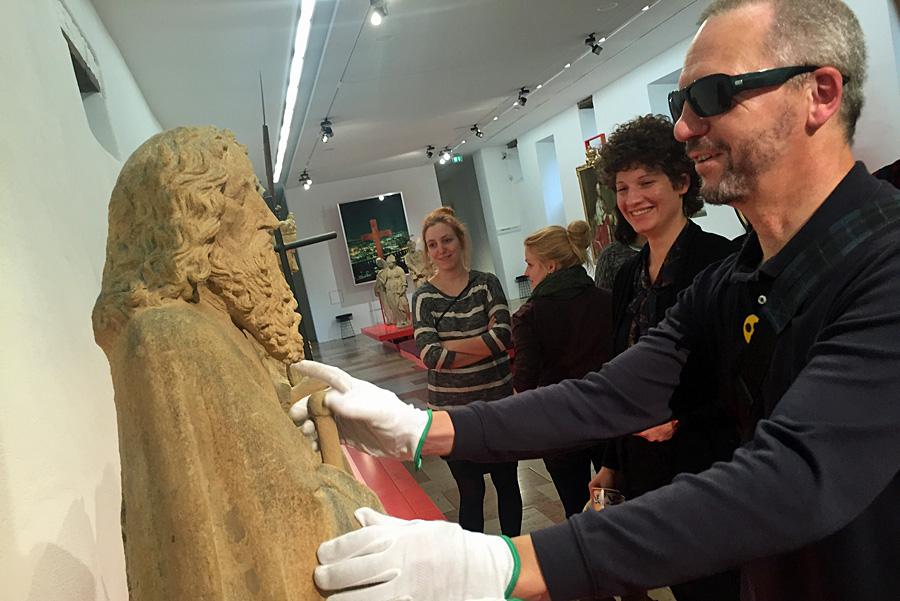 Anfassen erlaubt: Die Angebote für blinde Besucherinnen und Besucher sprechen alle Sinne an. Hier ertastet Karl Kohlhaas die mittelalterlichen Heiligenfiguren der Steipe am Hauptmarkt. Foto: Christopher Ledwig