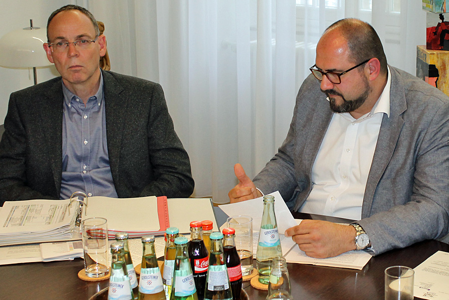 Herbert Müller (links), hier mit Dezernent Egger, soll neuer Verwaltungsdirektor am Theater werden.