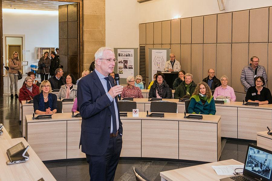 Stadtchef Wolfram Leibe stellt den Gästen die einzelnen Neuerungen im Großen Rathaussaal vor. Fotos: Rolf Lorig