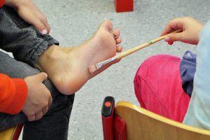 In spielerischen Übungen werden die Kinder für die Wichtigkeit ihrer Füße und für ihren Körper im Wachstum sensibilisiert.