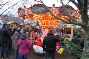 Auch das nostalgische Kinderkarussel hat auf dem Roscheider Weihnachtsmarkt seinen Platz. Foto: Rolf Lorig