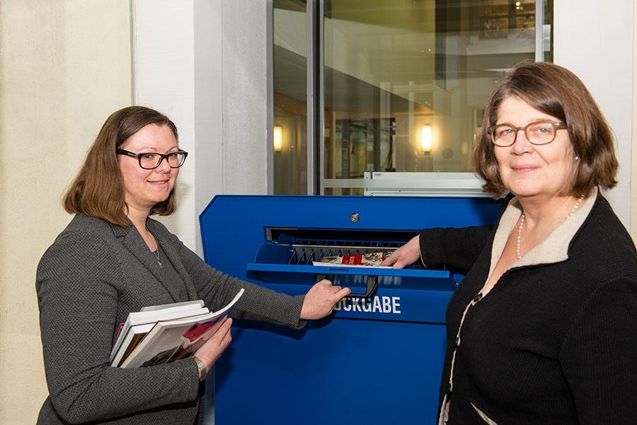 Ein kundenfreundlicher Service: Bürgermeisterin Angelika birk und Sabine Millen, die stellvertretende Bibliotheksleiterin, stellen die neue Medienbox vor. Foto: Rolf Lorig