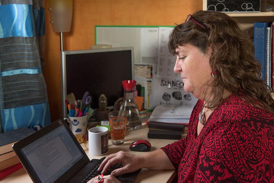 Für ihre schriftstellerische Arbeit nutzt Moni Reinsch einen kleinen mobilen Computer. Foto: Rolf Lorig