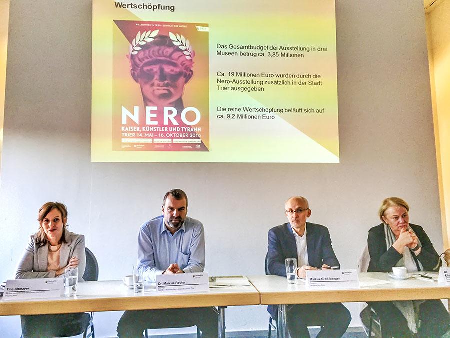 Eine Analyse der Nero-Ausstellung nehmen Elisabeth Dühr, Markus Groß-Morgen und Marcus Reuter vor. Links Pressesprecherin Tina Altmayer. Fotos: Rolf Lorig