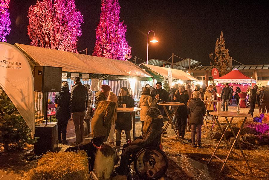 Auch in den Abendstunden zog es noch viele Besucher zum Tarforster Weihnunachtsmarkt. Fotos: Rolf Lorig