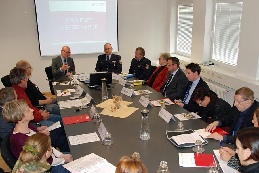 """Polizeipräsident Lothar Schömann (hinten links) erläutert die Vorgehensweise bei der """"Gelben Karte"""". Foto: Polizei RLP"""