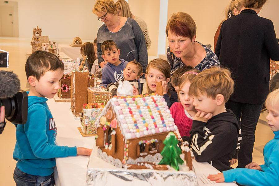 Kinder aus dem Wiltinger Kindergarten bewundern die Lebkuchenhaus-Ausstellung im Stadtmuseum Simeonstift. Fotos: Rolf Lorig