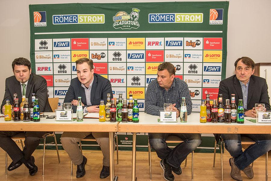 Der Moment der Verkündung: Alexander Meilwes (links) löst Michael Lang (rechts) als Manager ab. Fotos: Rolf Lorig