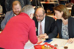 Begehrte Unterschrift: Schulz musste am Sonntag etliche Parteibücher signieren.