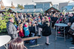 """""""Kleine Künstler"""" von der Grundschule Tarforst umrahmen gemeinsam mit Schulleiterin Giselind Leinen-Voigt den Tarforster Weihnachtsmarkt. Fotos: Rolf Lorig"""