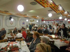 An Heiligabend muss niemand allein sein: Die AWO-Feier in der Halle am Bach. Foto: AWO