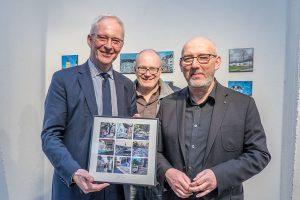 Ein Bild für den Schirmherrn vom Künstler (rechts). In der Mitte Rainer Breuer.