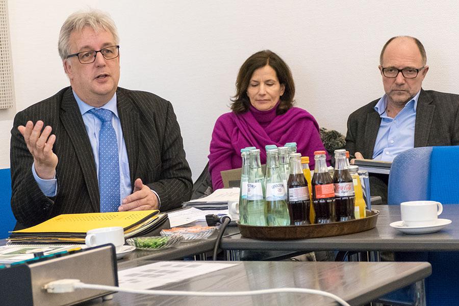 Baudezernent Andreas Ludwig mit Helga Schneider-Gräfer, Sportamt, und Sebastian Schön vom Amt für Gebäudewirtschaft. Foto: Rolf Lorig
