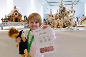 """Bastienne (3) aus Riveris vor ihrem Beitrag """"Eispalast de Bastienne"""", 2. Platz in der Kategorie """"Kinder"""". Foto: Stadtmuseum"""