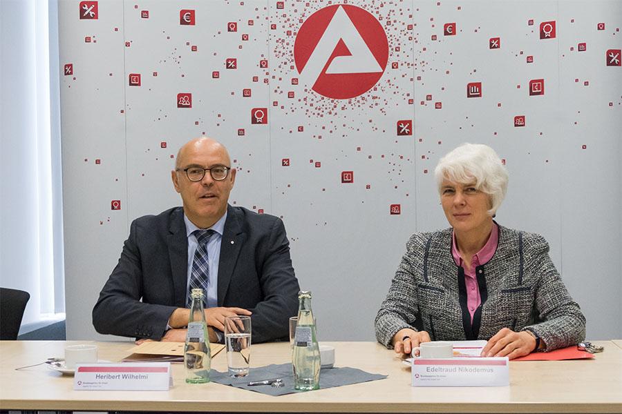 Sie brachten bei der Veröffentlichung der Arbeitsmarktzahlen positive Botschaften: Heribert Wilhelmi und Edeltraud Nikodemus. Foto: Rolf Lorig