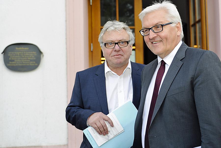 Erfährt viel Zustimmung: Christoph Nix (links), hier mit Frank-Walter Steinmeier, Kandidat für die vakante Stelle des Kulturdezernenten. Foto: Theater Konstanz