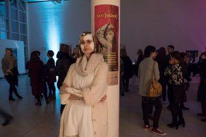 """Ein Mitglied der Performance-Gruppe """"So nah"""". Licht spielt in der Ausstellung eine große Rolle: farbige Illuminationen in abgedunkelten Räumen sorgen für eine relaxte Stimmung."""