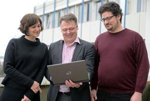 REMIProf. Dr. Ralf Münnich (Mitte), Charlotte Articus und Dr. Jan Pablo Burgard arbeiten an der Universität Trier an regionalen Mikrosimulationen. Foto: Uni Trier