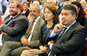 In der ersten Reihe: Markus Nöhl, Fraktionsgeschäftsführer der SPD im Stadtrat, OB Jensen, Barley und Gabriel (v.l.n.r.).
