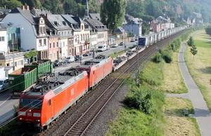 Ein Container-Zug mit zwei Loks zieht an Pallien vorbei in Richtung Luxemburg.