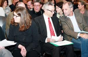 Sozialdezernentin Angelika Birk, Generalmusikdirektor Victor Puhl und Oberbürgermeister Klaus Jensen zusammen in der Aula des AMG.